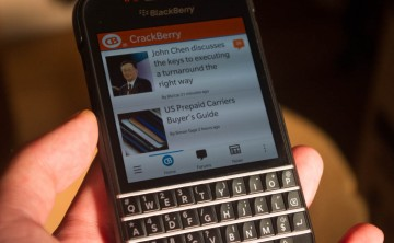 BlackBerry Q10 専用純正 Leather Flip Shell を付けた、良い。